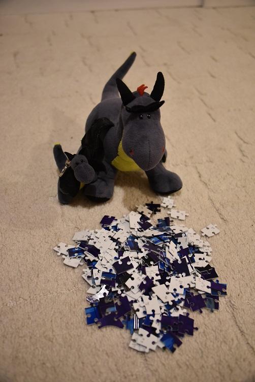 Luna und Lina mustern kritisch die Teile, die später mal der Drachen-Faschingswagen werden sollen...