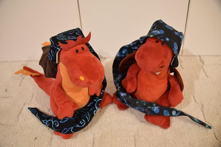 Chilli und Ruby mit ihren Kapuzen