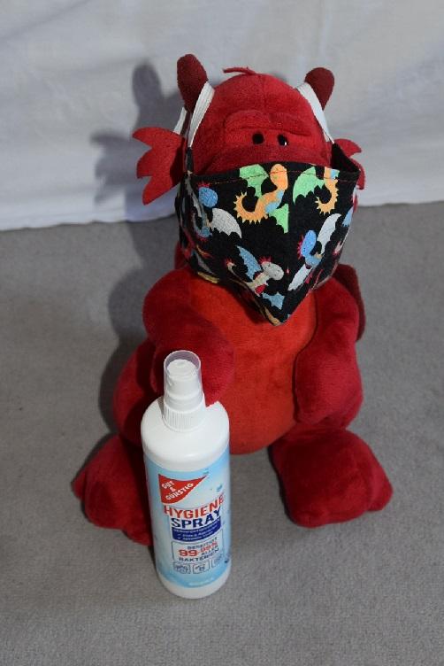 Ruby mit Maske und Desinfektionsspray