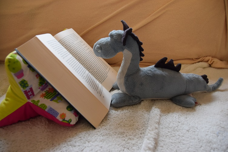 Saphira liest ein Buch