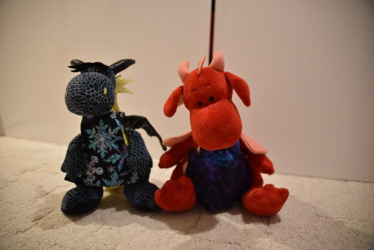 Kiwii und Rosa tragen ihre Schürzen