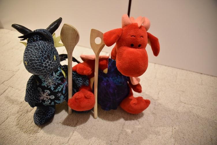 Kiwii und Rosa mit ihren Schürzen und Kochlöffeln