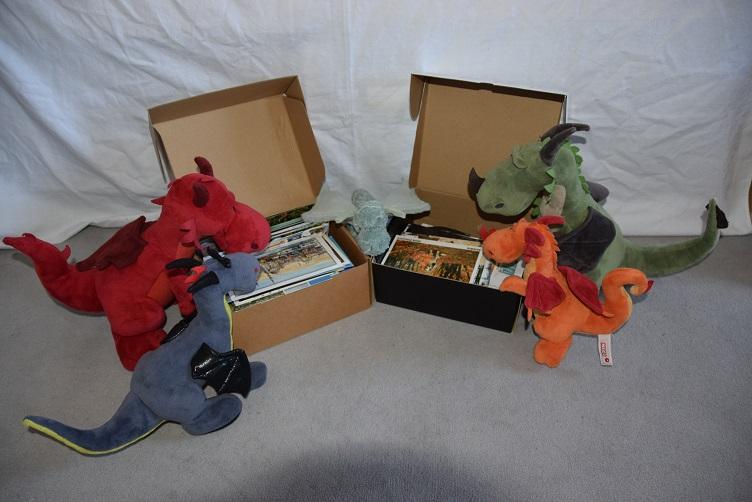 Drachis gucken in Kisten voller Postkarten