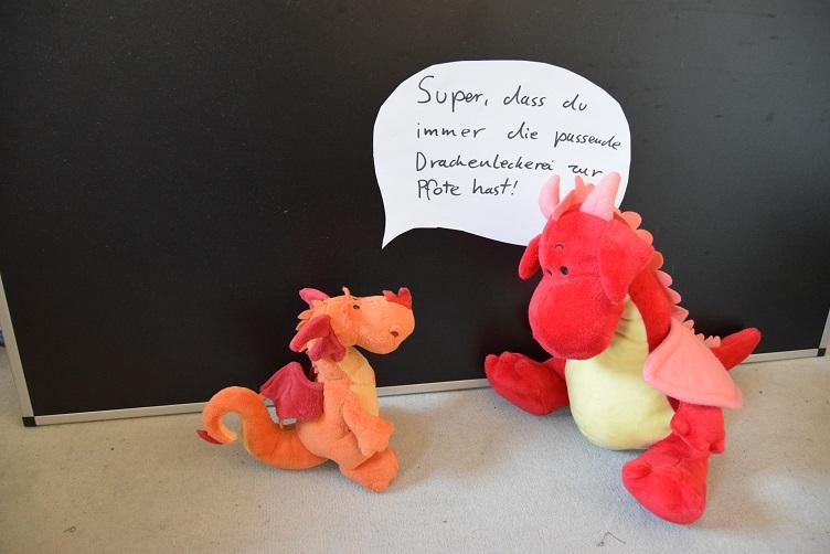 Paffina sagt Rosa, wie toll sie es findet, dass Rosa immer die passenden Drachenleckereien zur Pfote hat
