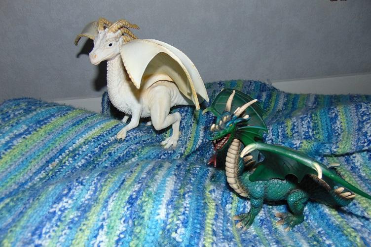 Faun und Eliot, zwei Drachen aus einer anderen Familie, haben der Drachenfamilie ihre erste drachige Fanpost mit Foto gesendet