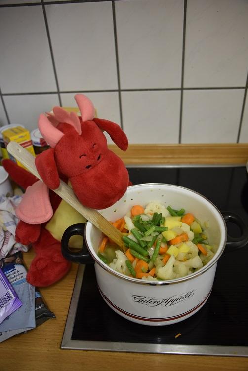 Rosa rührt den Gemüseeintopf