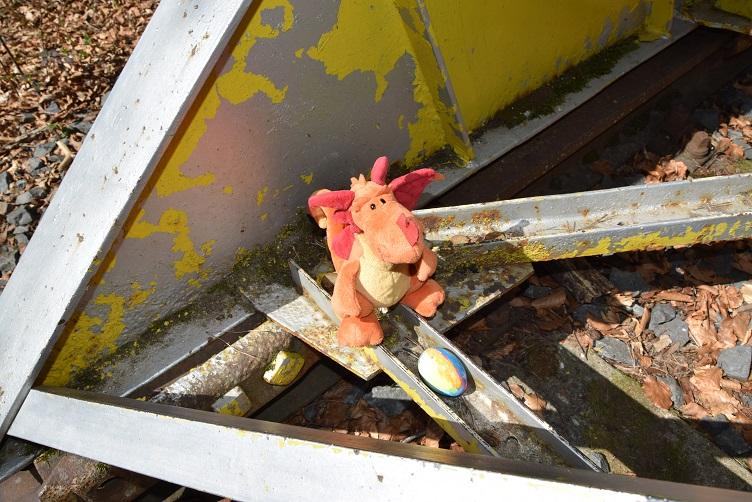 Paffina findet ein Osterei am Prellbock