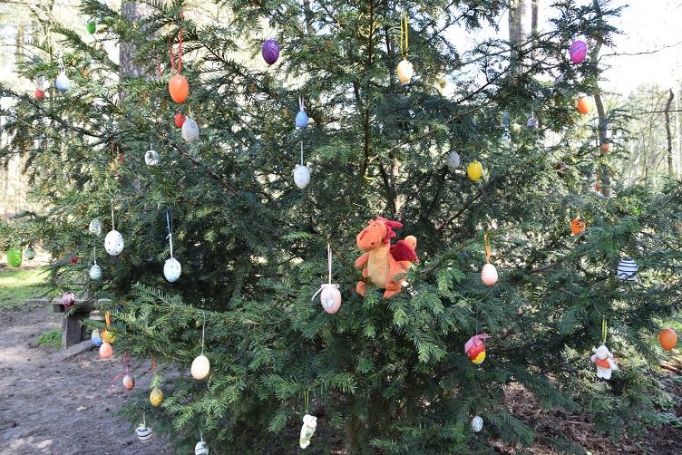 Paffina sitzt im Osterbaum
