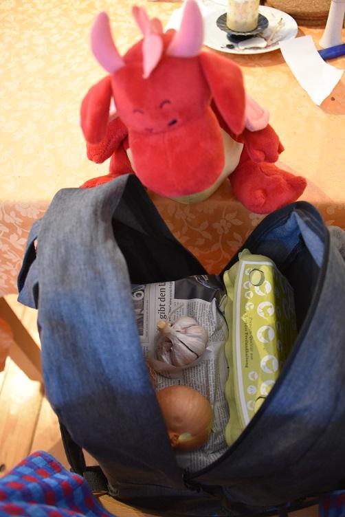 Rosa guckt in den Einkaufsrucksack