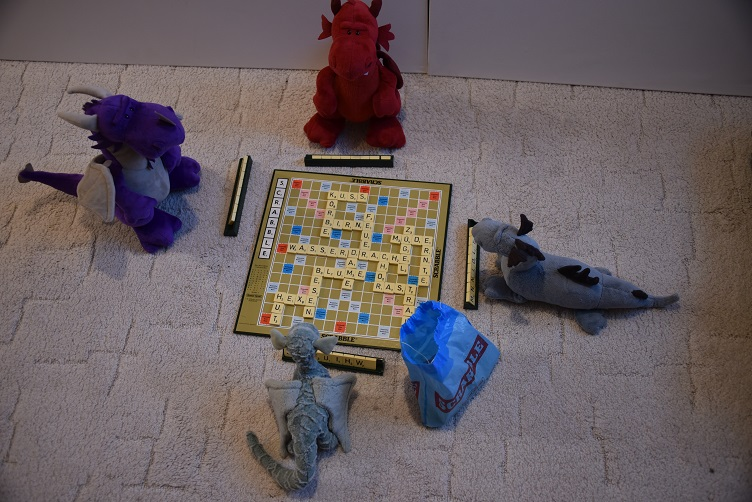 Drachis spielen Scrabble