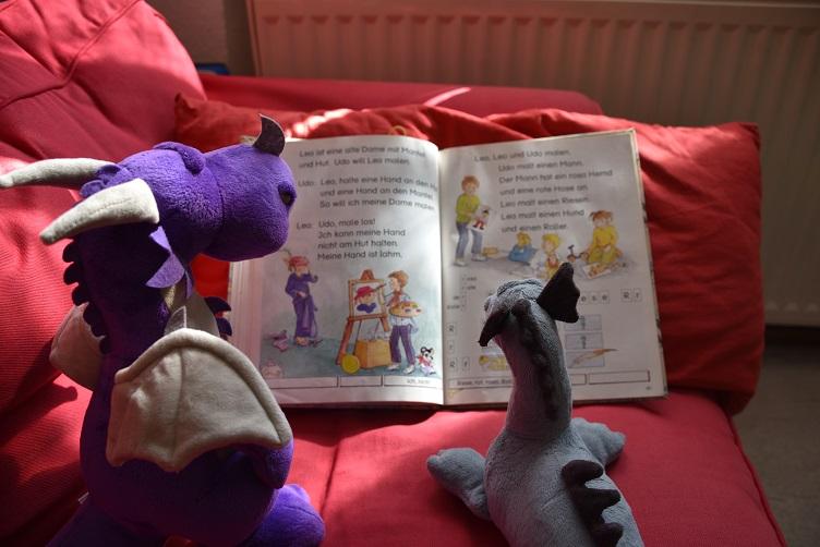 Saphira bringt Violetta lesen bei