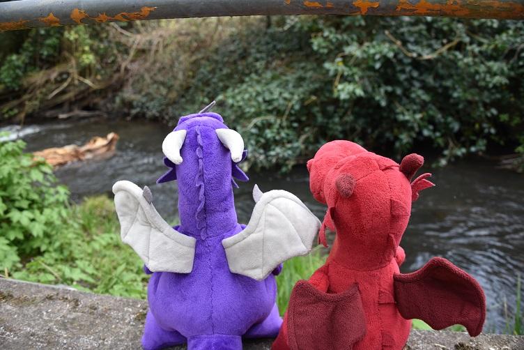 Ruby und Violetta gucken auf Fluss