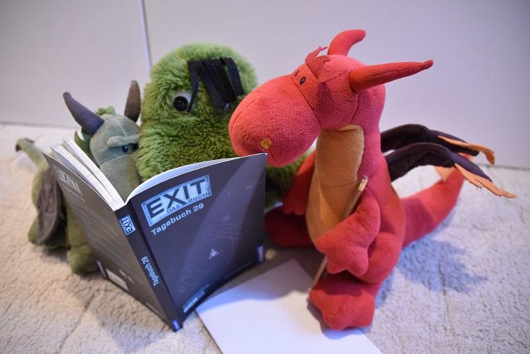 Fauchi., Chilli und Grünling knobeln zusammen an einem EXIT-Buch