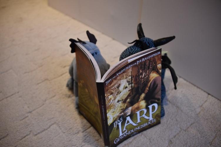 Kiwii und Sirius lesen LARP-Buch