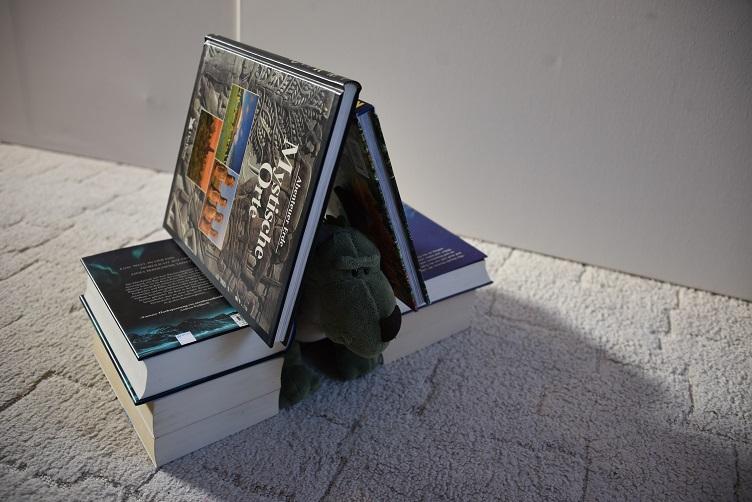Grünling in Bücherhöhle