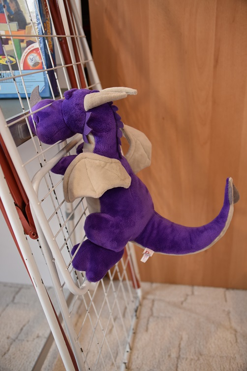 Violetta klettert am Wäscheständer hoch