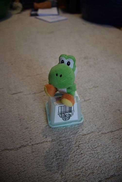 Yoshi hüpft von Plastikbecher zu Plastikbecher