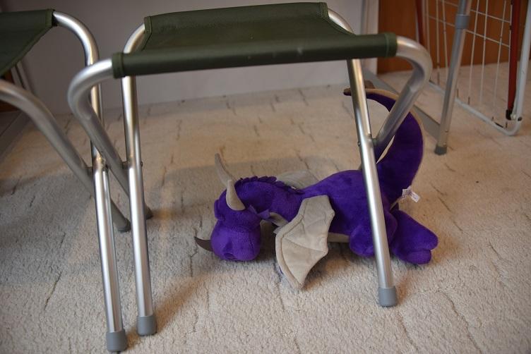 Violetta robbt unter den Hockern durch