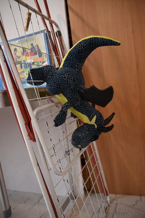 Kiwii klettert kopfüber wieder am Wäscheständer runter