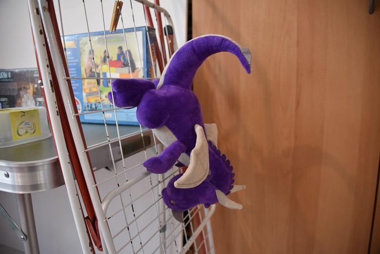 Violetta klettert kopfüber wieder am Wäscheständer runter