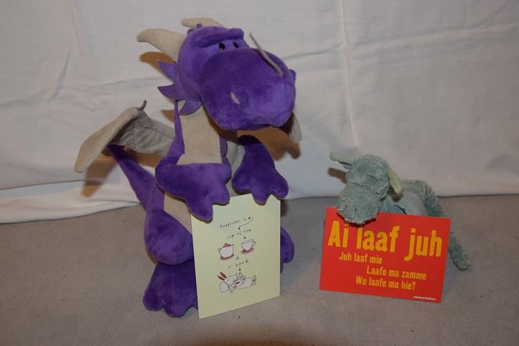 Violetta und Ivy mit ihren Postkarten