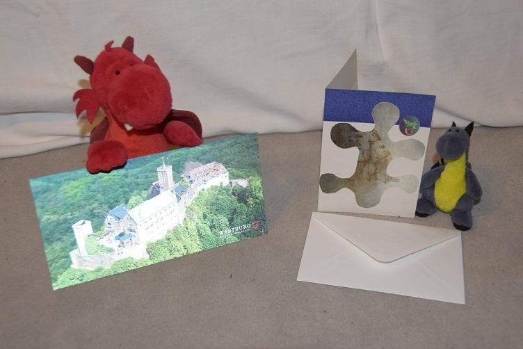 Flämmchen und Lina mit ihren Postkarten