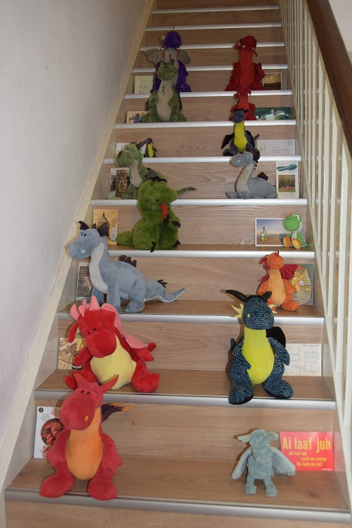 Postkarten und Drachis auf der Treppe