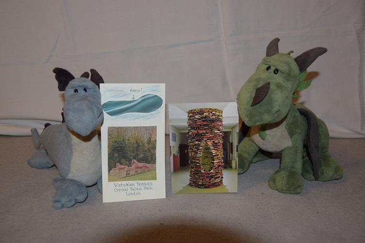 Saphira und Grünling mit ihren Postkarten