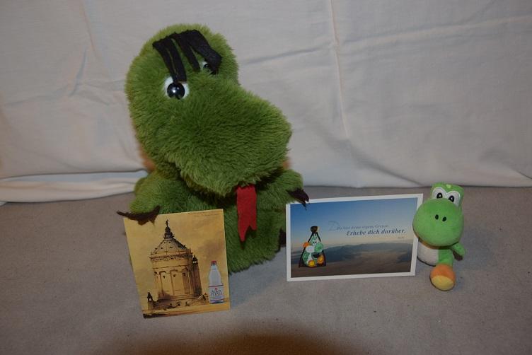 Fauchi und Yoshi mit ihren Postkarten