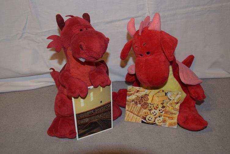 Ruby und Rosa mit ihren Postkarten