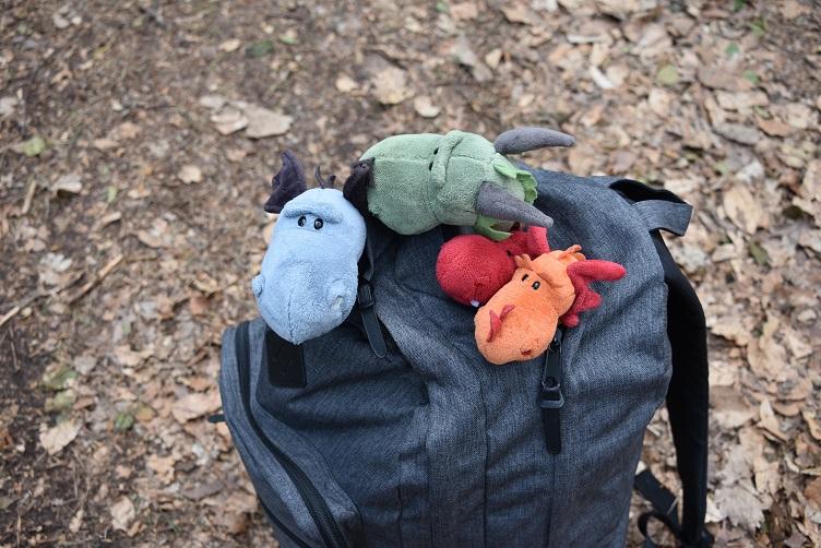 Die Drachis gucken aus dem Rucksack