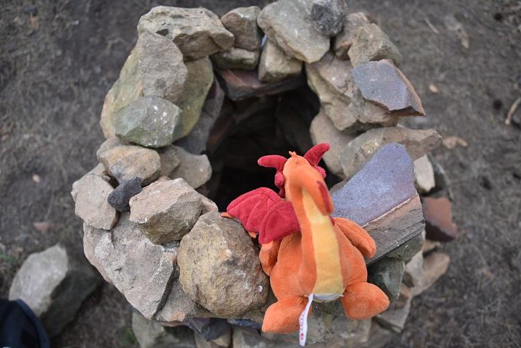 Paffina guckt in das Steintürmchen