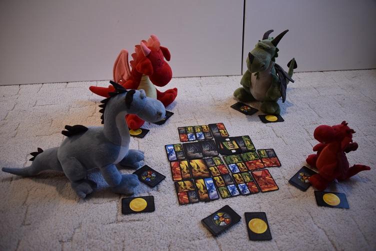 Flämmchen, Päffchen, Rosa und Sirius spielen Dragons