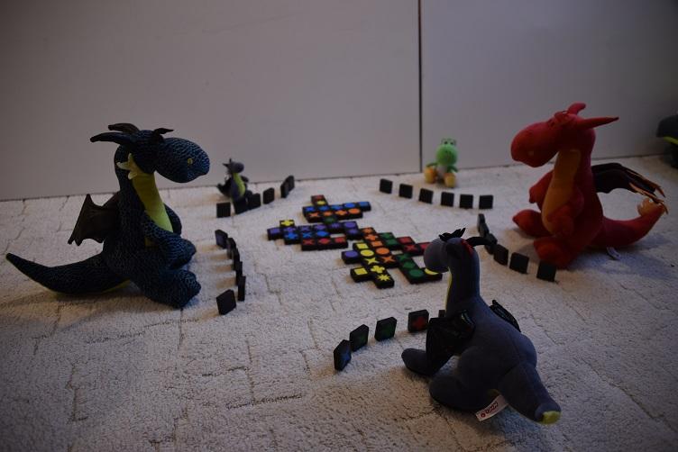 Kiwii, Luna, Lina, Yoshi und Chilli spielen Qwirkle