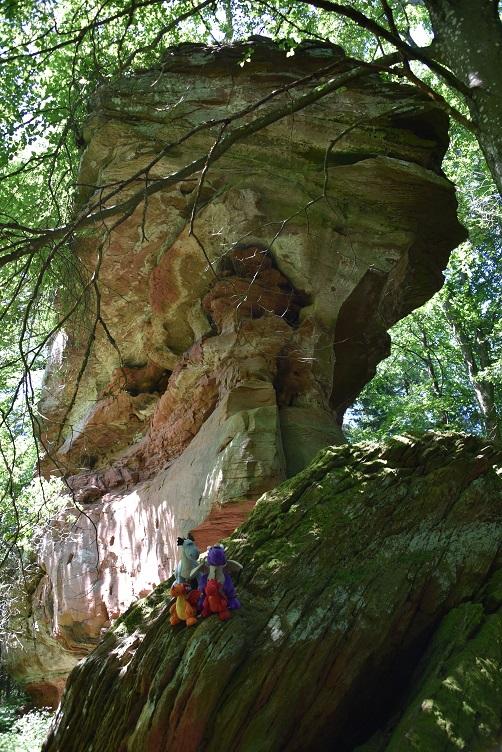 Die Drachen posieren bei einer Felsformation