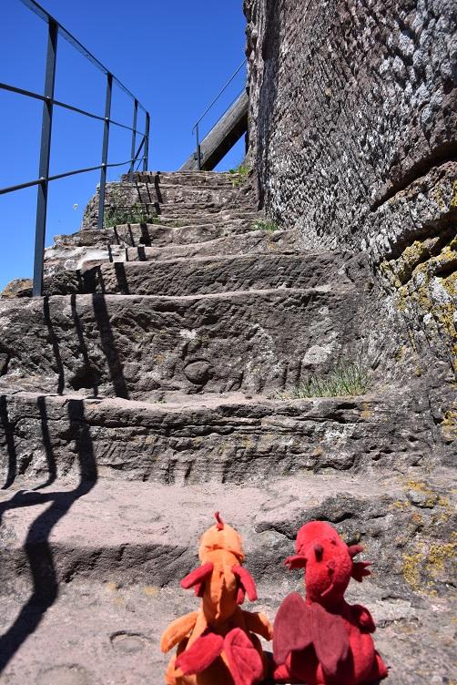 Flämmchen und Paffina steigen die Treppe zum Turm hoch