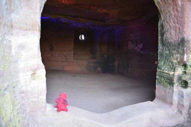 Flämmchen schaut ins Innere der Burg