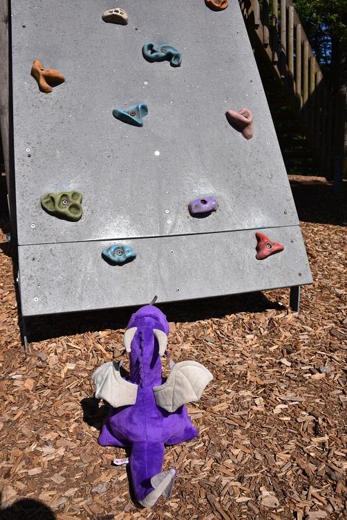 Violetta will auf dem Spielplatz spielen