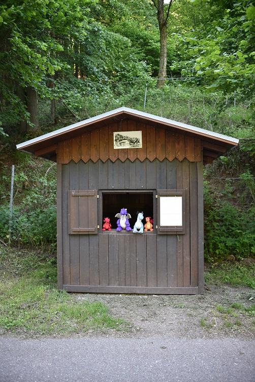 Die Drachis sitzen in der alten Zollhütte