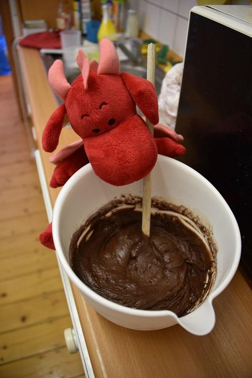 Rosa rührt Schokoladenteig