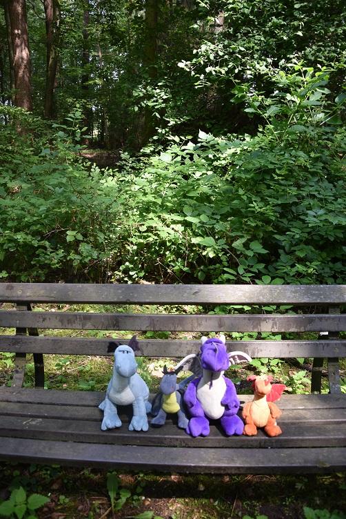 Drachis sitzen auf einer Bank