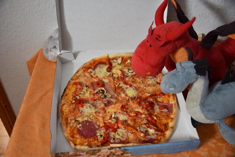 Chilli und Saphira schauen eine Pizza an