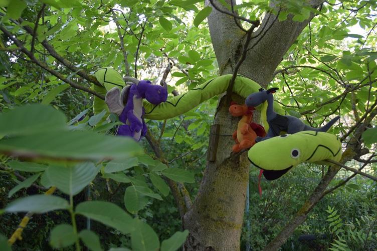 Luna, Paffina, Violetta und Alphabetty sitzen im Baum