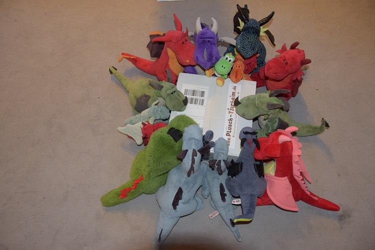 Drachenfamilie beguckt Paket