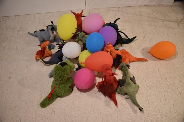 Drachis spielen mit Luftballons