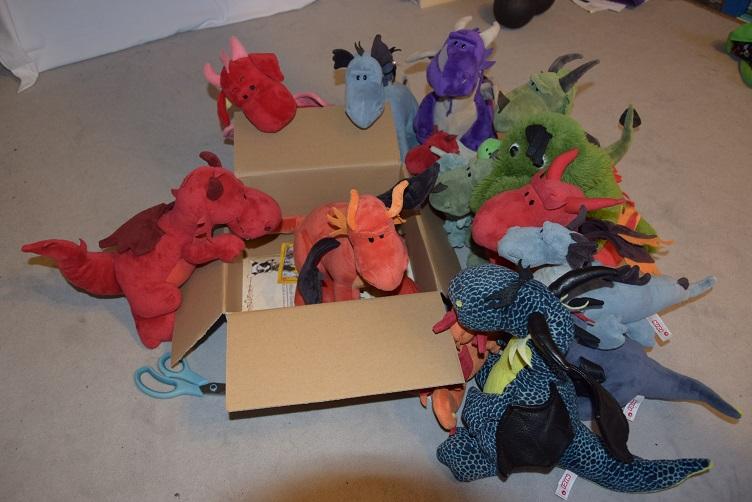 Drachis schauen auf den neuen Drachenfamilienzugang in der Kiste