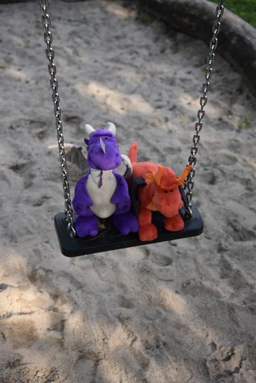 Violetta und Eldur auf der Schaukel