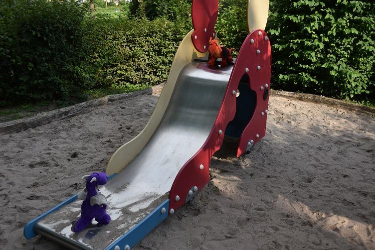 Violetta und Eldur auf der Rutsche