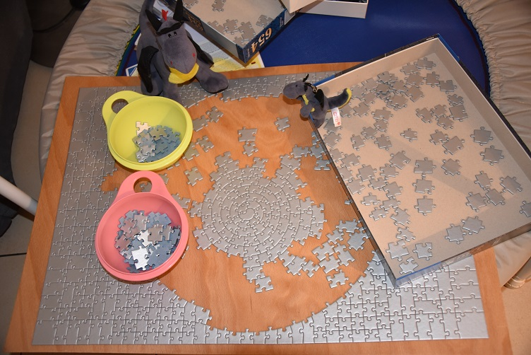Lina und Luna puzzeln