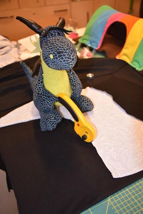 Kiwii schneidet Stoff mit dem Rollschneider zu